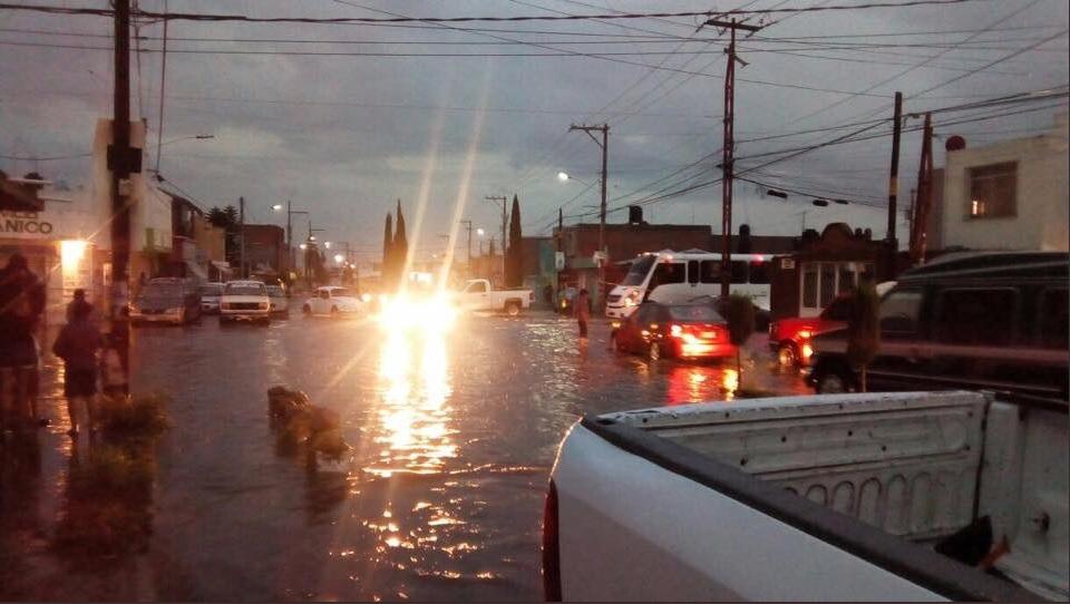 Luis Potosí rescatan a familia que quedó atrapada en corriente pluvial