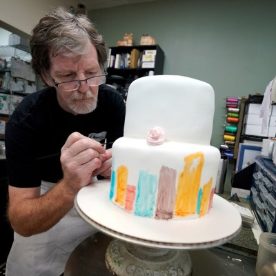 Trump celebra fallo a favor de repostero que se negó a hacer pastel para boda gay