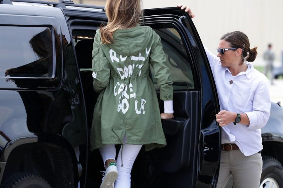 Trump mensaje gabardina Melania dirigido medios