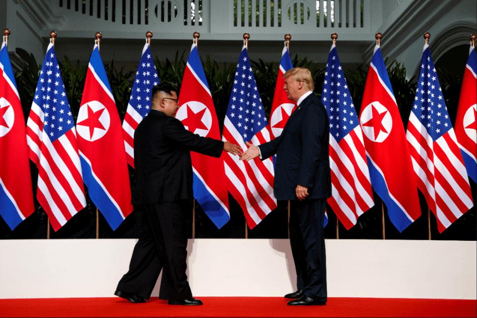 Trump y King se saludan por primera vez durante histórico encuentro. (AP)