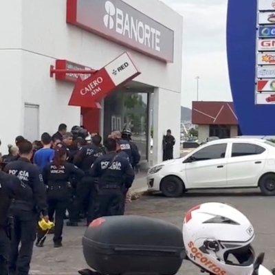 Muere sujeto que tomó rehenes en sucursal bancaria de Hermosillo, Sonora