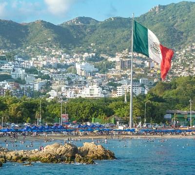 Turistas disfrutan del calor de Acapulco durante este verano