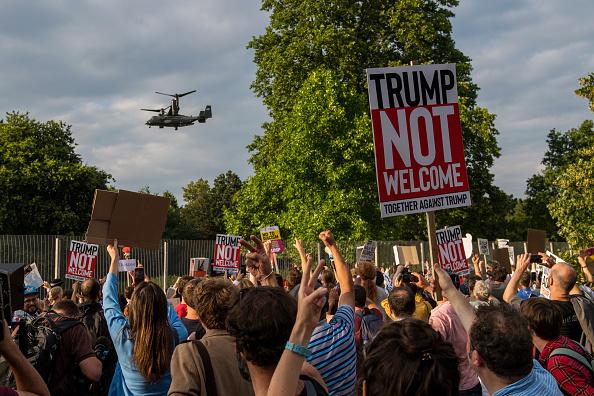 Donald Trump llega a Reino Unido en medio de protestas (FOTOS)