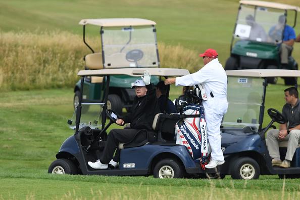 Trump conduce su propio carro de golf