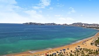 Turistas llegan a playas de Acapulco para disfrutar vacaciones de verano