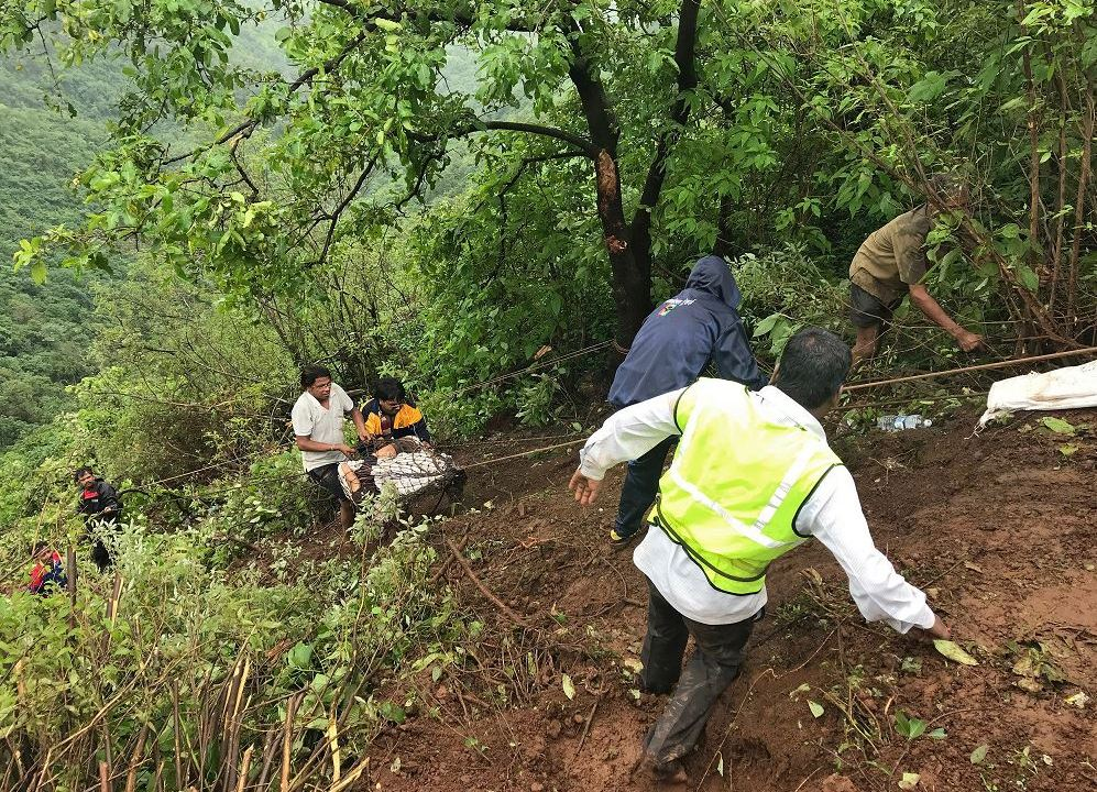 Muertos al caer autobús por un precipicio en India