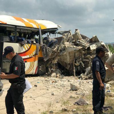 Choque entre camión y autobús deja cinco muertos en Colima