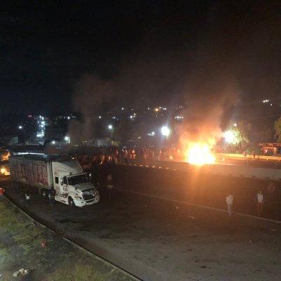 Pobladores bloquean autopista México-Puebla para exigir pago de terrenos