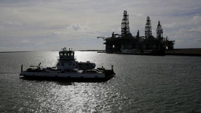 Bajan precios del petróleo, prevén menor suministro a futuro