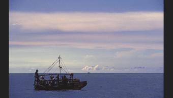 Rescatan a tres balseros cubanos aferrados a un flotador en Florida