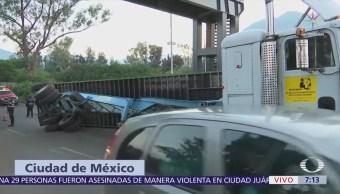 Camión con madera vuelca en Periférico Norte, CDMX