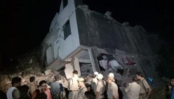 Colapsa edificio construcción India 12 trabajadores adentro
