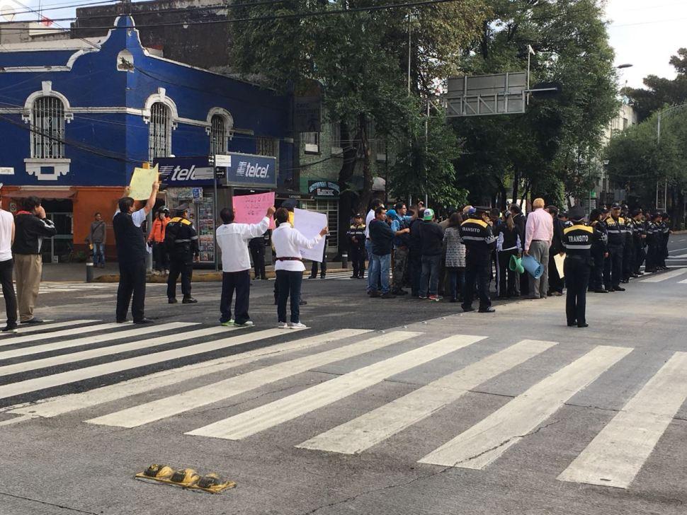 Damnificados del sismo cierran el tránsito en avenida Cuauhtémoc,
