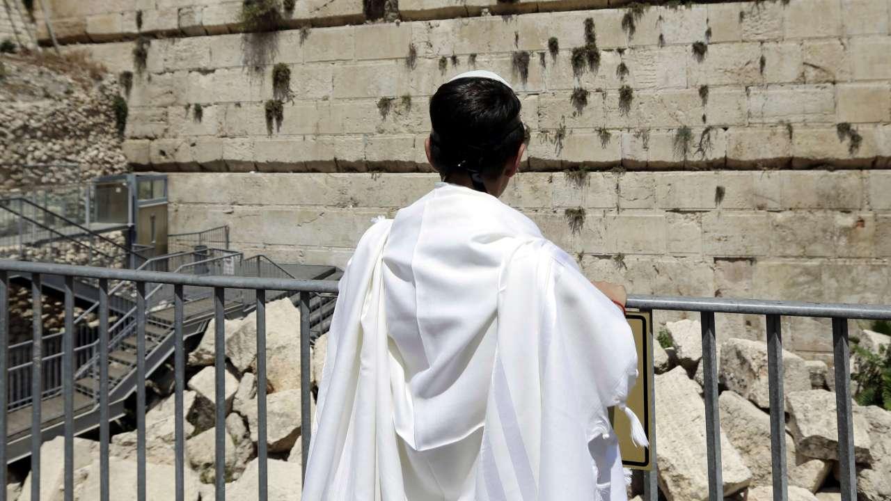 Desprende piedra Muro Lamentos y casi aplasta mujer