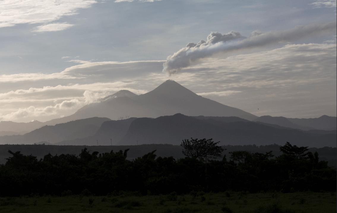 Volcán Pacaya en Guatemala expulsa lava