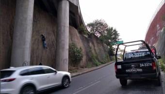 Encuentran cuerpo colgado en puente de autopista Chamapa-Lechería