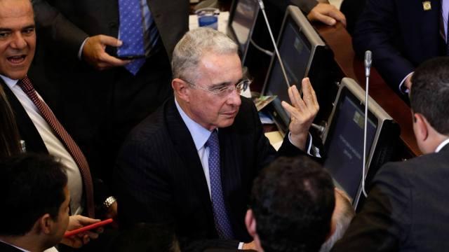 Expresidente Uribe renuncia Senado investigación fraude