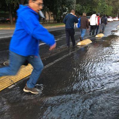 Fuga de agua convierte en río salvaje la avenida Horacio, en Polanco