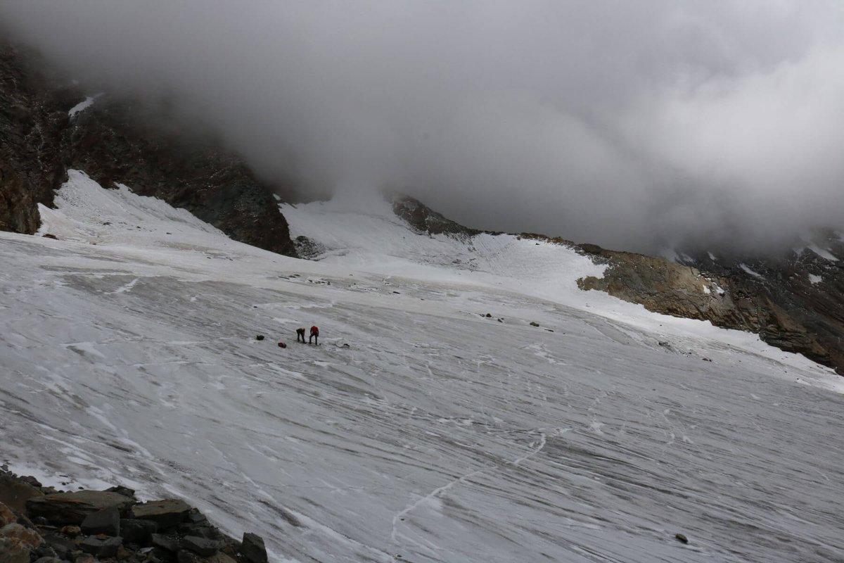 Encuentran restos humanos en glaciares derretidos de los alpes suizos