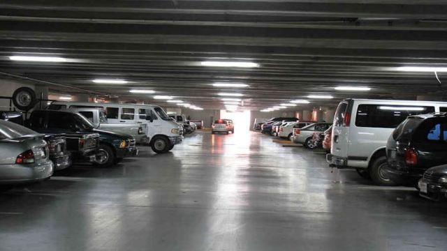 Hombres armados roban autos de estacionamiento
