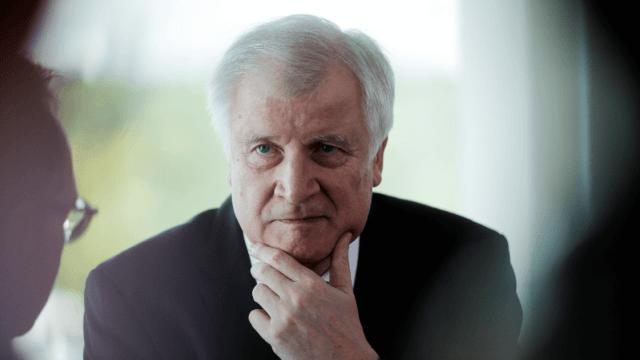 Ministro alemán renuncia por diferencias con Merkel