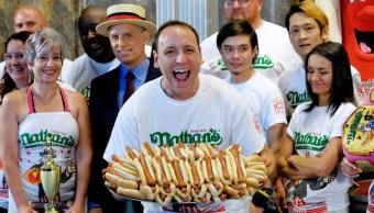 Sujeto devora 74 hot dogs y gana concurso en Nueva York