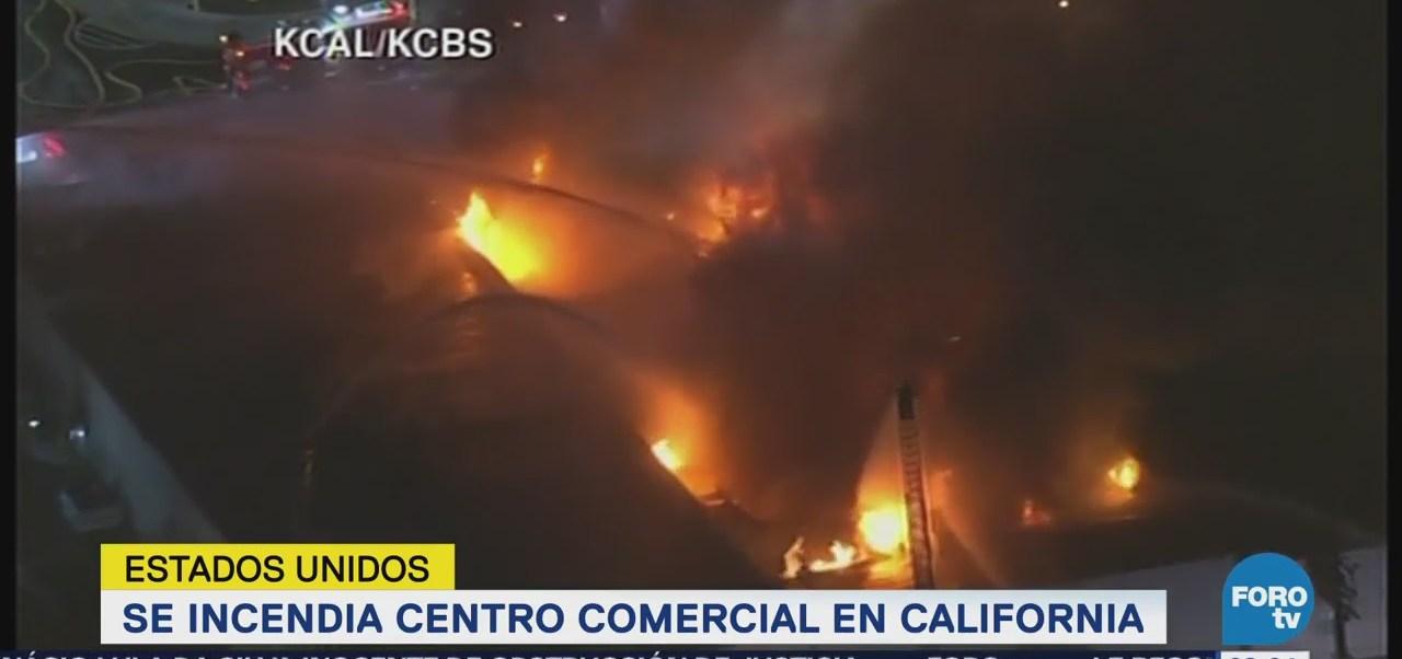 Incendio consume centro comercial en California