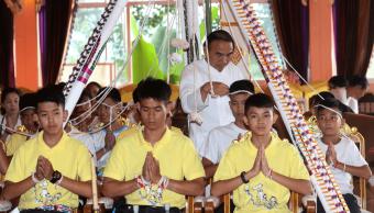 Niños rescatados en cueva tailandesa visitan templo