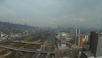 Lluvia provoca inundación que se lleva camioneta en Monterrey