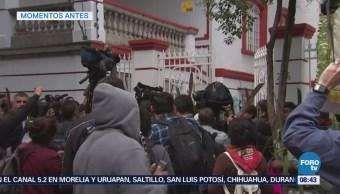 Manifestantes protestan frente a la casa de transición de López Obrador