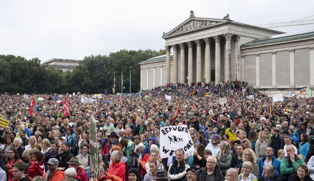 Miles marchan en Múnich contra política de asilo