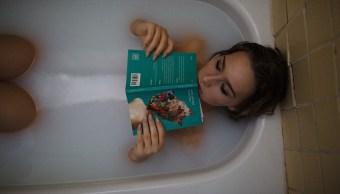 mujer-al-interior-de-tina-llena-agua-leyendo-novela