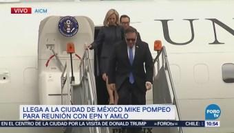 Mike Pompeo y delegación de EU descienden de avión en AICM