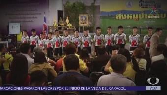 Niños tailandeses salen del hospital y agradecen rescate