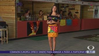 Paola disfruta de un mezcal en la Guelaguetza, en Oaxaca
