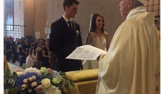 El papa Francisco sorprende a novios y preside su boda