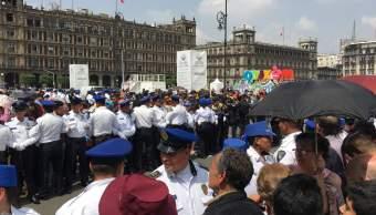 Mujer aborda a López Obrador en Palacio Nacional y le pide trabajo