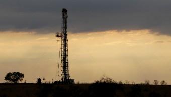 Precios de petróleo retroceden, EU alcanza producción récord