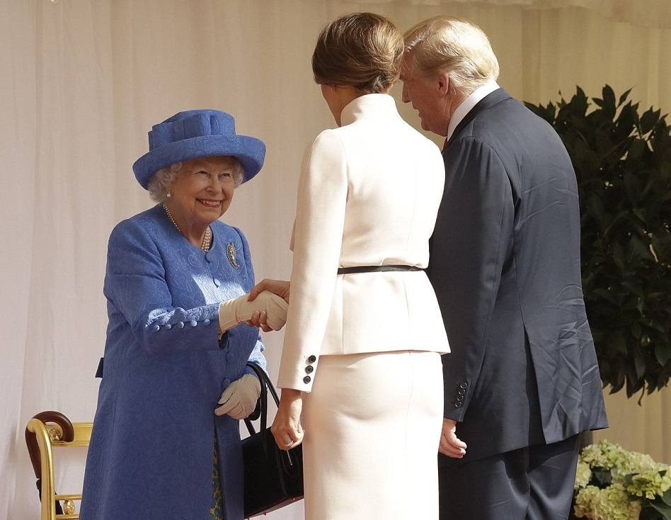Trump rompe el protocolo británico y desaira a la Reina