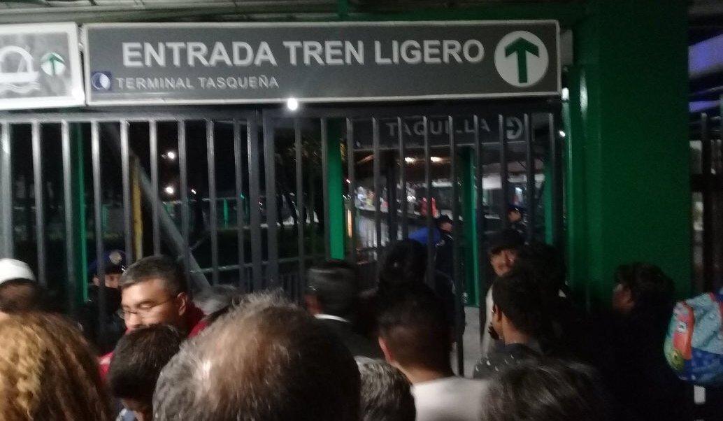 Falla en Tren Ligero de CDMX afecta a cientos de usuarios