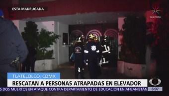 Rescatan a cinco personas atrapadas en elevador de edificio en Tlatelolco
