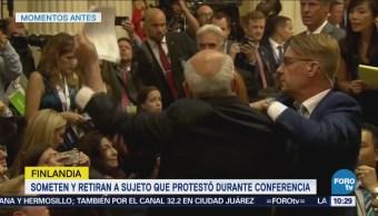 Retiran a manifestante que protesta antes de conferencia Putin-Trump
