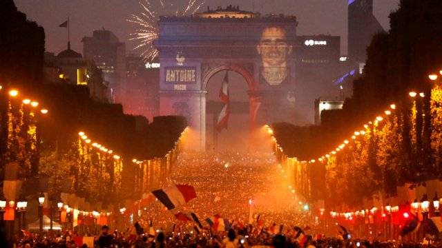 policia francesa despeja campos eliseos disturbios aficionados