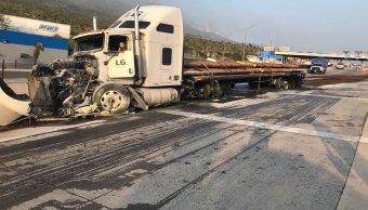Tráiler sin frenos choca caseta y se incendia en Monterrey
