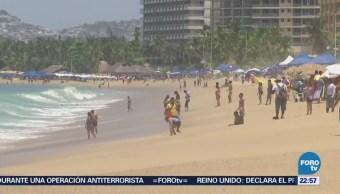 Turistas Disfrutan Calor Playa Acapulco Guerrero