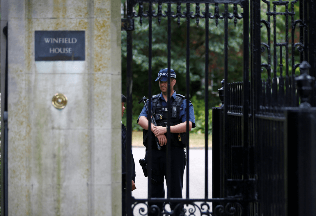 Donald Trump llegó al Reino Unido en medio de protestas
