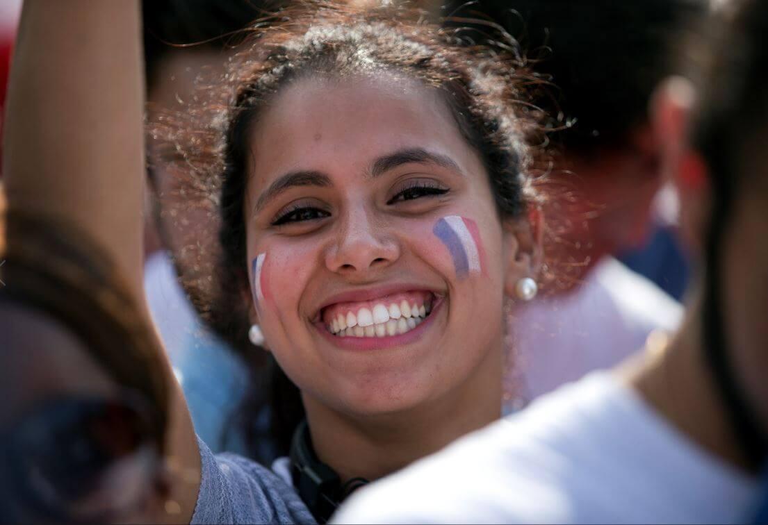 Una mujer celebra la victoria de la selección francesa en la Copa del Mundo. (AP, archivo)