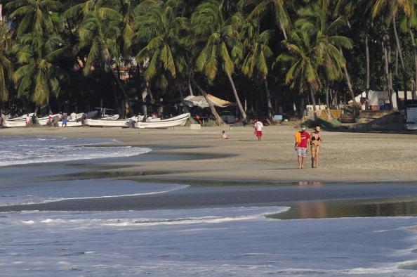 Turistas disfrutan sus vacaciones en playas de puerto escondido oaxaca - Viajes a puerto escondido ...