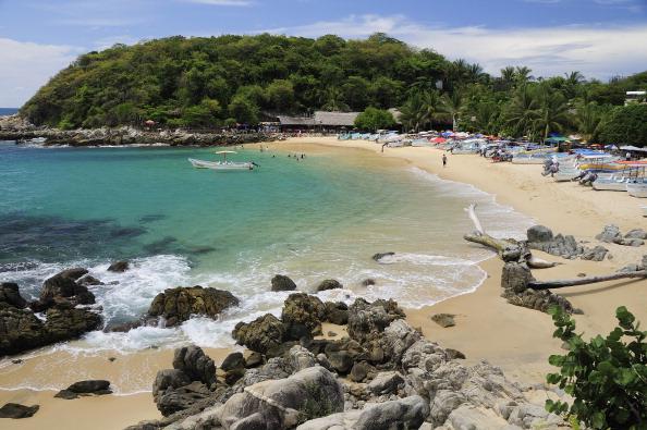 turistas disfrutan vacaciones playas puerto escondido oaxaca