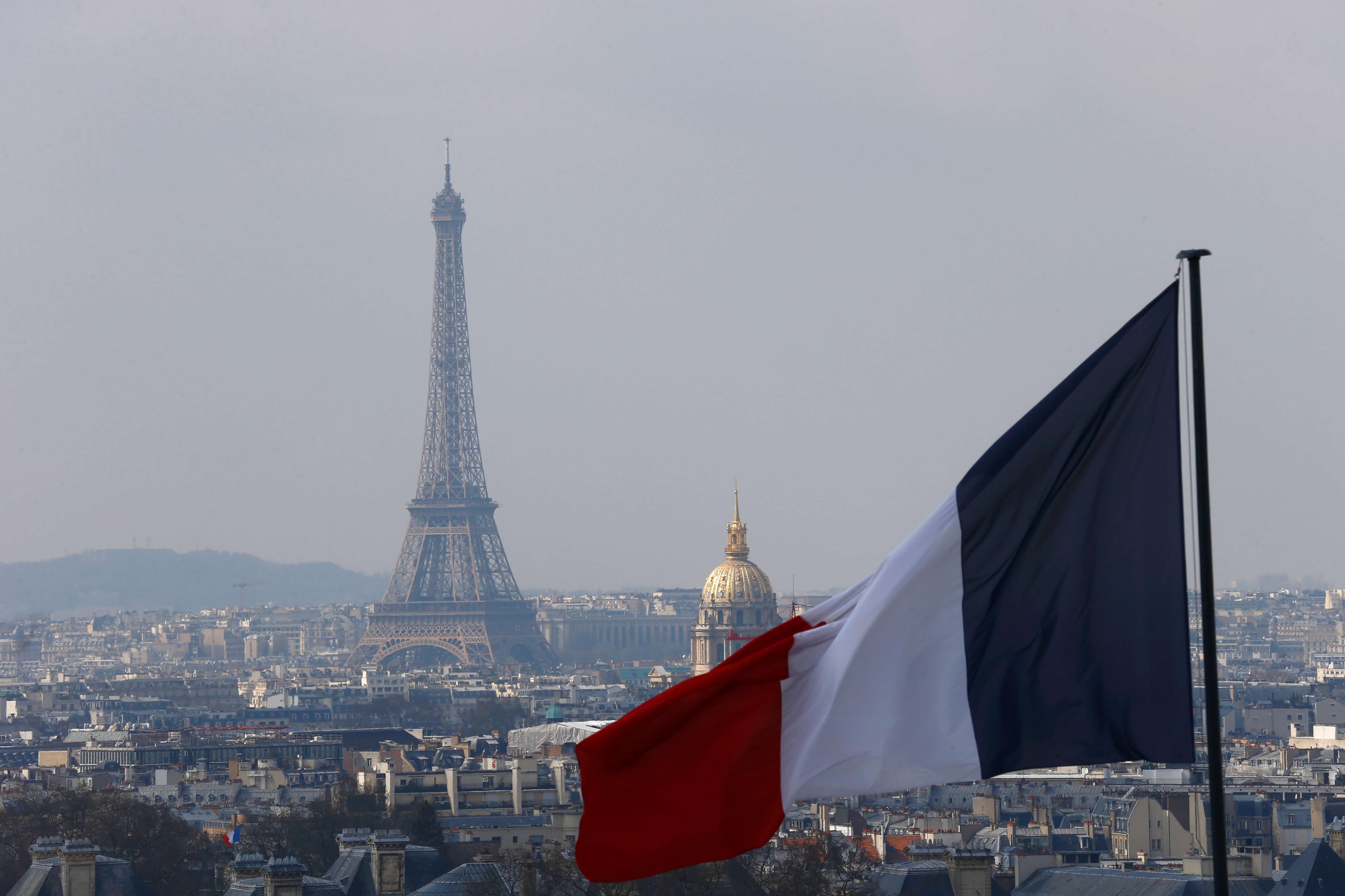 Francia prohíbe piropear o silbar de forma obscena a mujeres en público